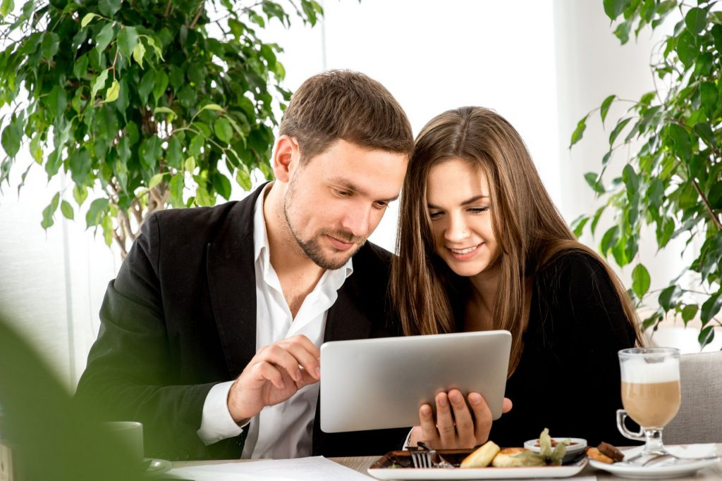 image-married-couple-in-business-on-ipad